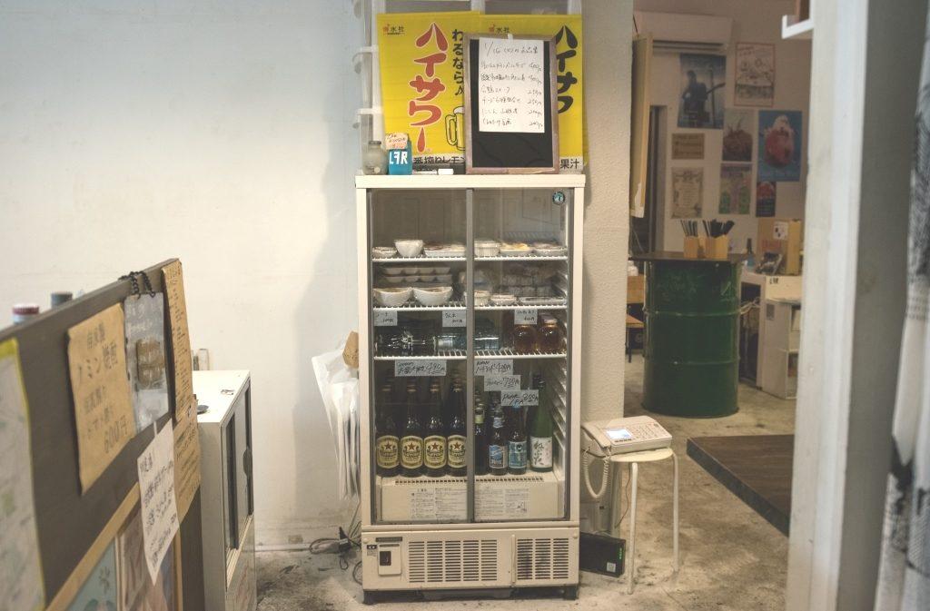 えるえふるのおつまみは冷蔵庫に入っているものをお客さん自身が選ぶスタイルとなっている。