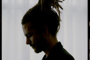 TOM MISCH(トム・ミッシュ)の盟友にして、唯一無二の才能に注目が集まるFKJが、新曲「Leave My Home」をリリース!