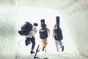 メンバー全員17歳の現役高校生3ピースロックバンド・ひかりのなかに、初の自主制作盤『放課後大戦争』から、「冴えない僕らに灯火を」の先行配信を開始!さらに初となるミュージックビデオも!