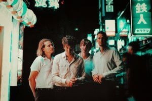 英トップ10ヒットを記録した前作から1年、英リバプールのインディ・ロック・バンド、Circa Waves(サーカ・ウェーヴス)がニュー・アルバム『SAD HAPPY』のリリースをアナウンス。アルバムより1st シングル「Jacqueline」を公開