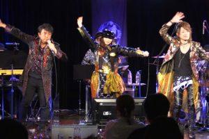 「魔法戦隊マジレンジャー」が15周年で盛り上がる中、Rainbow☆MAG!C(Sister MAYO/高橋秀幸/Natsuo)がお披露目公演でデビュー曲『Rainbow Magic』を熱唱。陽気な80'ディスコ曲に心もフィーバー!!!